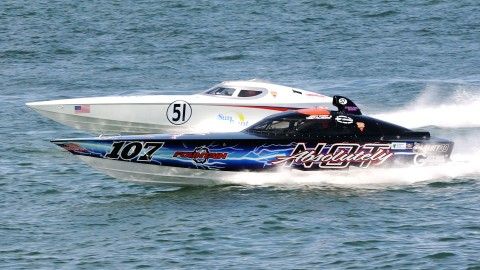 The Superboat Vee champion, Absolutely Not, mixes it up with the Sun Print on his way to securing a National Championship in class. (Chuck Green / Cg Photography photo)