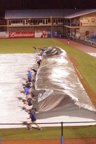 Off goes the tarp, as mother nature made the Cubs wait (EDDIE MICHELS PHOTO)