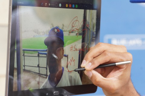 Dalton Pompey draws a Maple Leaf on Electronic autographed twitter. (EDDIE MICHELS/PHOTO)