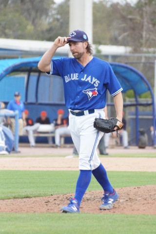 Dickey Tipping Cap Leaving Mound after Pitching Top of 5th (EDDIE MICHELS PHOTO)