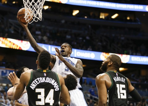 Dewayne Dedmon (3) drives. (photo Reinhold Matay / USA TODAY Sports)